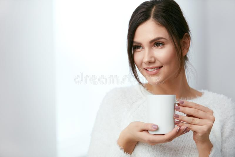 饮料 美丽的从杯的妇女饮用的茶 免版税库存图片