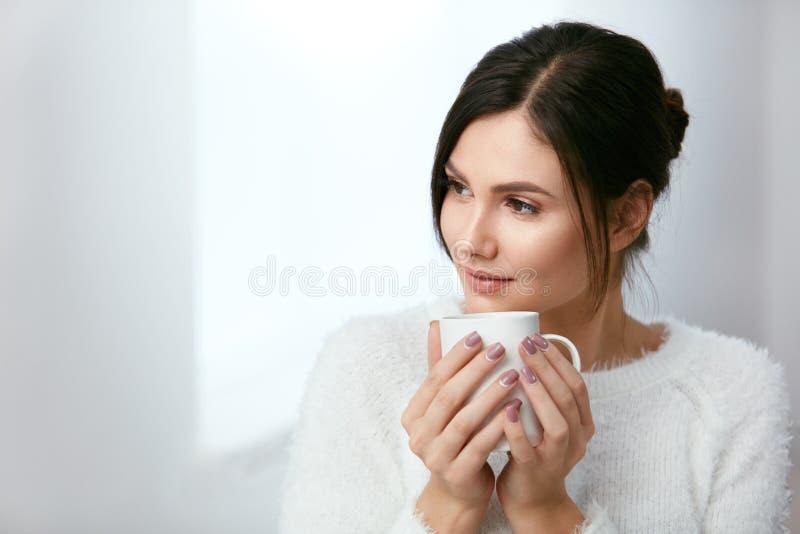 饮料 美丽的从杯的妇女饮用的茶 免版税库存照片