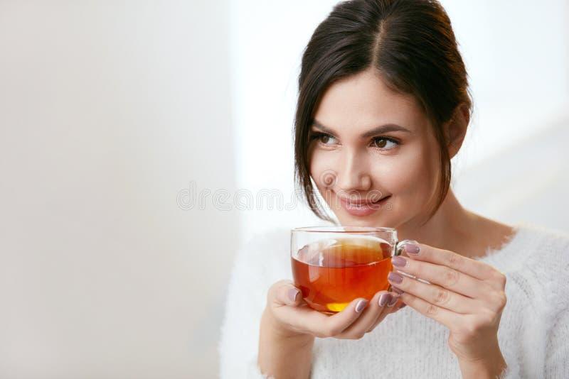 饮料 美丽的从杯的妇女饮用的茶 库存图片