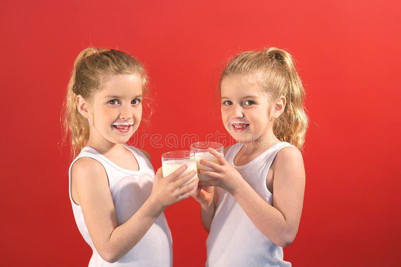 饮用奶微笑孪生 免版税库存照片