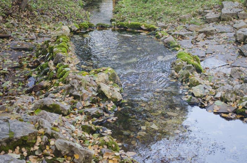 饮用水的水源,围拢由老石头 库存图片