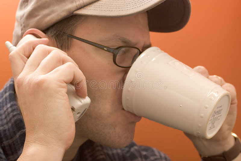 饮用的人移动电话 免版税库存图片