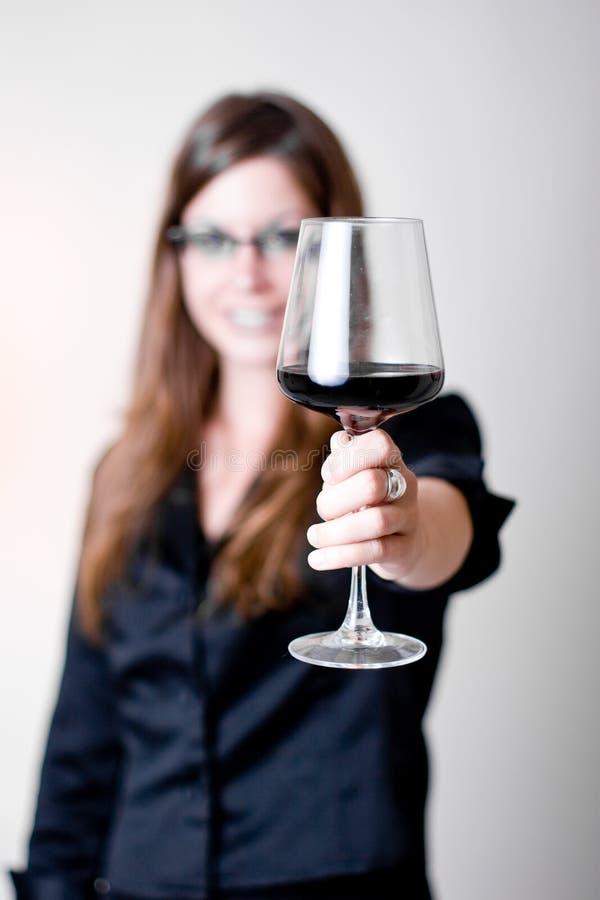 饮用的侧视图酒妇女 库存图片
