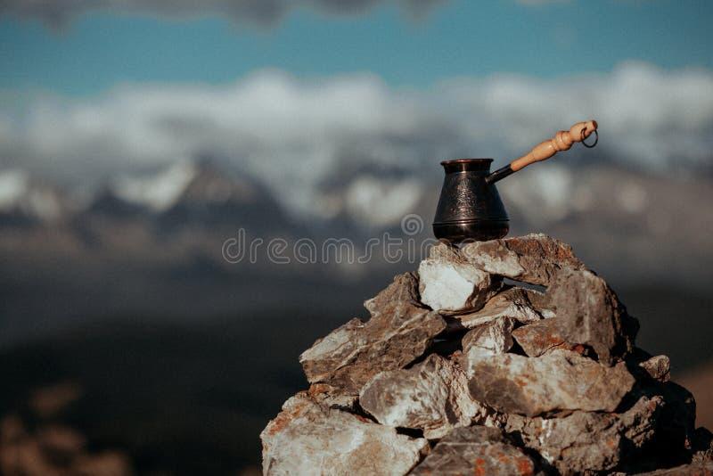 饮用的咖啡有惊人的山景 美丽的喜马拉雅山环境美化与咖啡杯和cezve 咖啡喝 库存照片