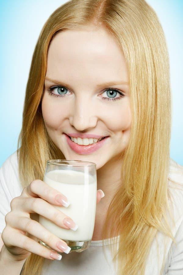 饮用的女孩可爱的牛奶少年 免版税库存图片
