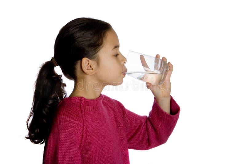 饮用的女孩水年轻人 免版税库存图片