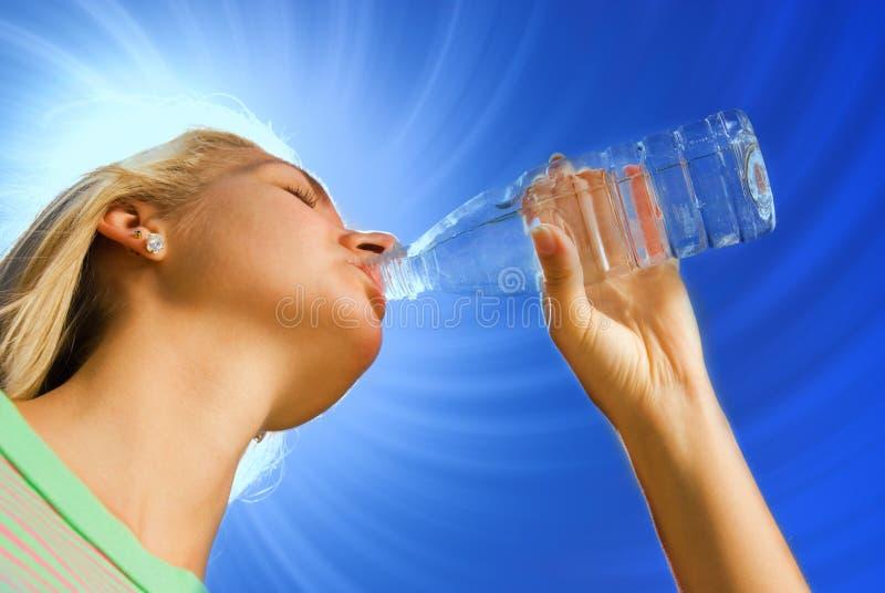 饮用的女孩水 库存图片