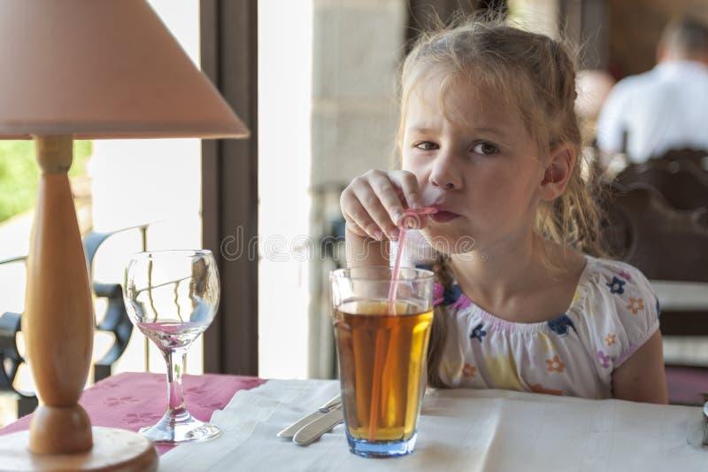 饮用的女孩汁液 库存图片