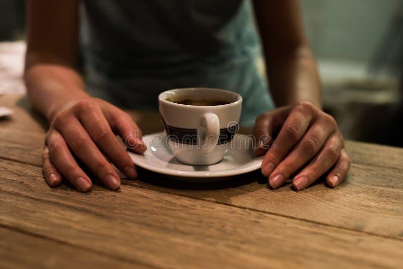饮用的女孩茶 免版税库存图片