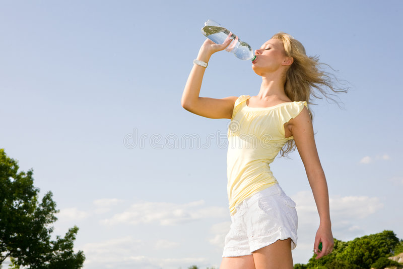 饮用的女孩 图库摄影