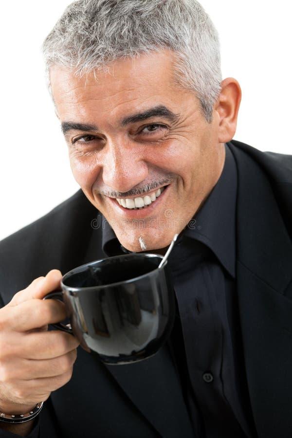 饮用的愉快的人茶 免版税库存图片