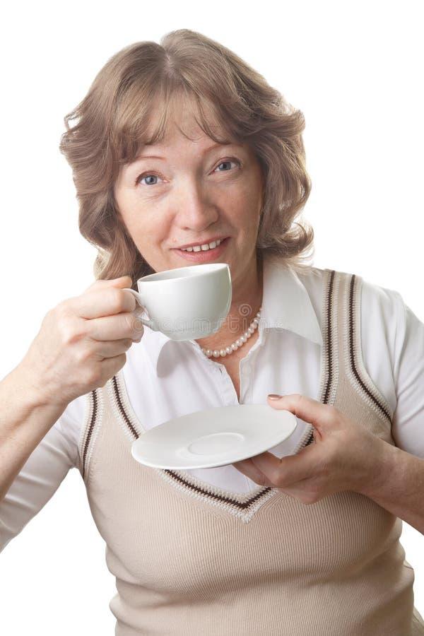 饮用的愉快的查出的高级茶妇女 免版税库存图片