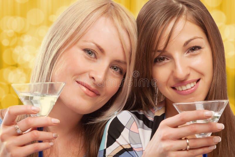 饮用的朋友苦艾酒 免版税库存图片