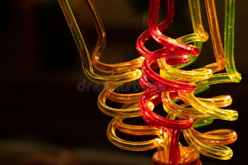 饮用的汁液特写镜头的颜色管在黑暗的背景 被弄脏的明亮的背景传送欢乐大气 库存图片