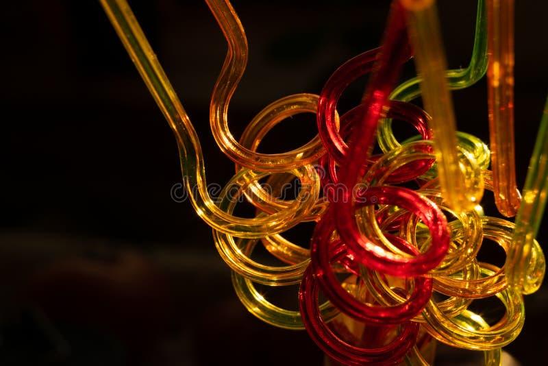 饮用的汁液的颜色管在黑暗的背景 被弄脏的明亮的背景传送欢乐大气 免版税库存照片