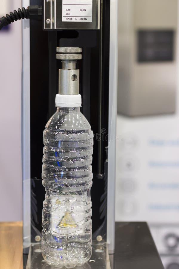 饮用的瓶被测试的耐压强度; 免版税库存照片