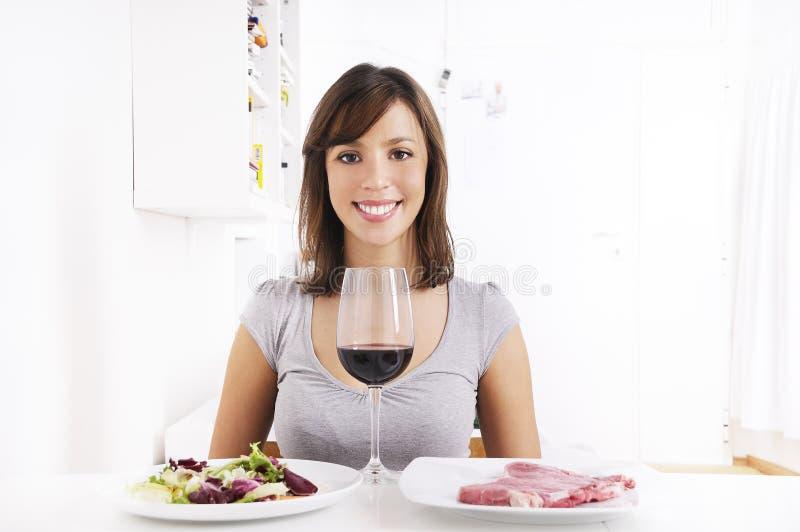 饮用的红葡萄酒妇女年轻人 库存图片