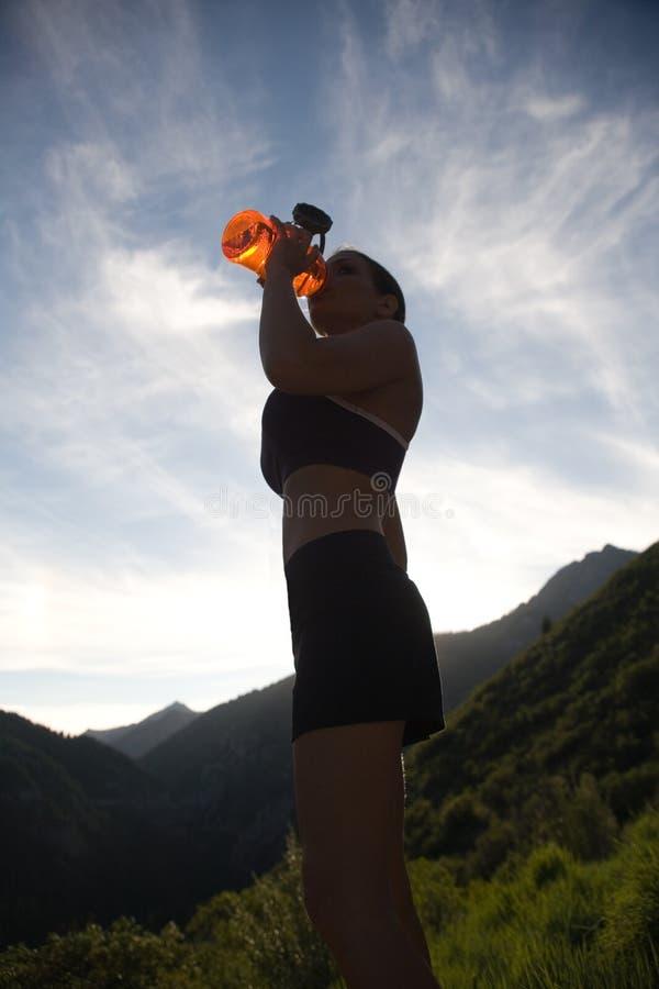 饮用的赛跑者水 免版税库存照片