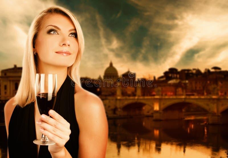 饮用的酒妇女 免版税库存照片