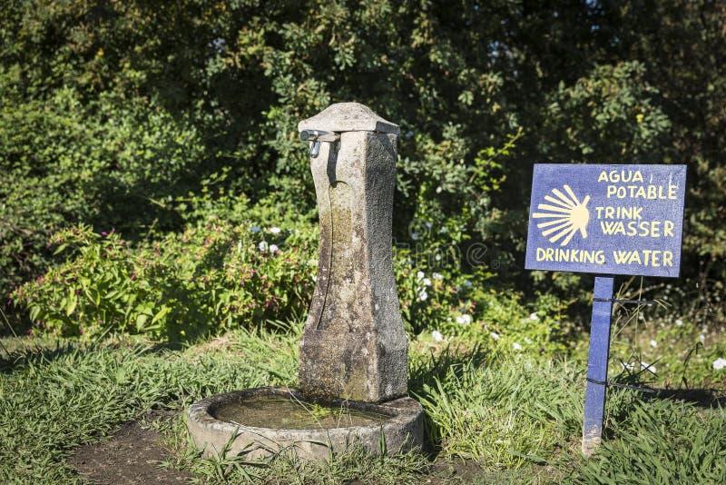 饮用的水的古老喷泉在途中的乡下向圣地亚哥 库存照片