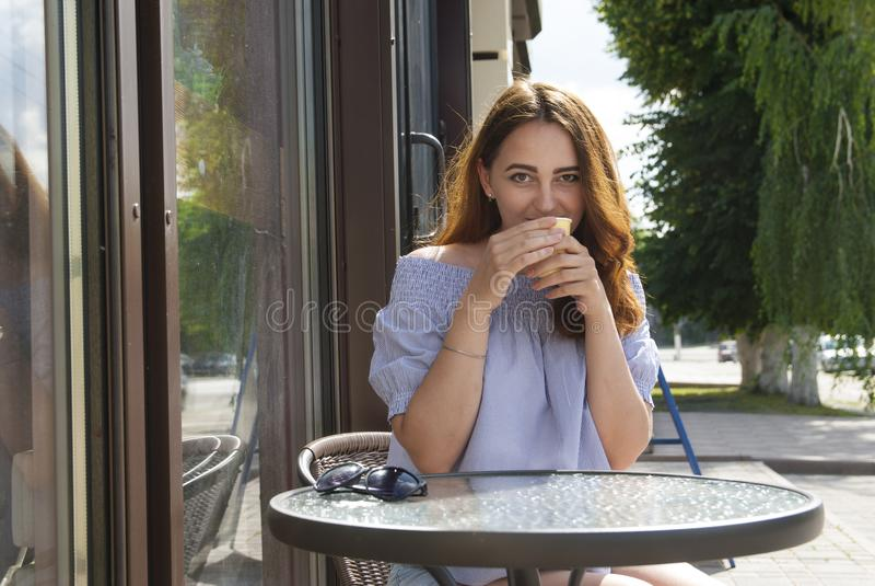 饮用的frappe妇女 免版税库存照片