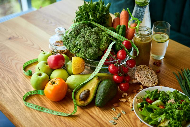 饮食减肥与卷尺、有机水果、蔬菜、沙拉和淡水的早餐概念 r 库存照片