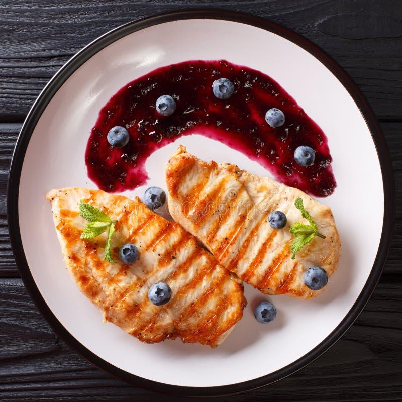 饮食可口食物:烤鸡内圆角用sa蓝莓 免版税图库摄影