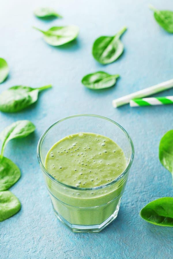 饮食和健康食物的绿色菠菜圆滑的人 免版税库存图片