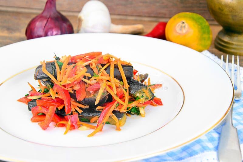 Download 饮食和健康食物:沙拉用茄子 库存图片. 图片 包括有 概念, 陶器, 胡椒, 烹调, 特写镜头, 想法, 生活方式 - 62530687