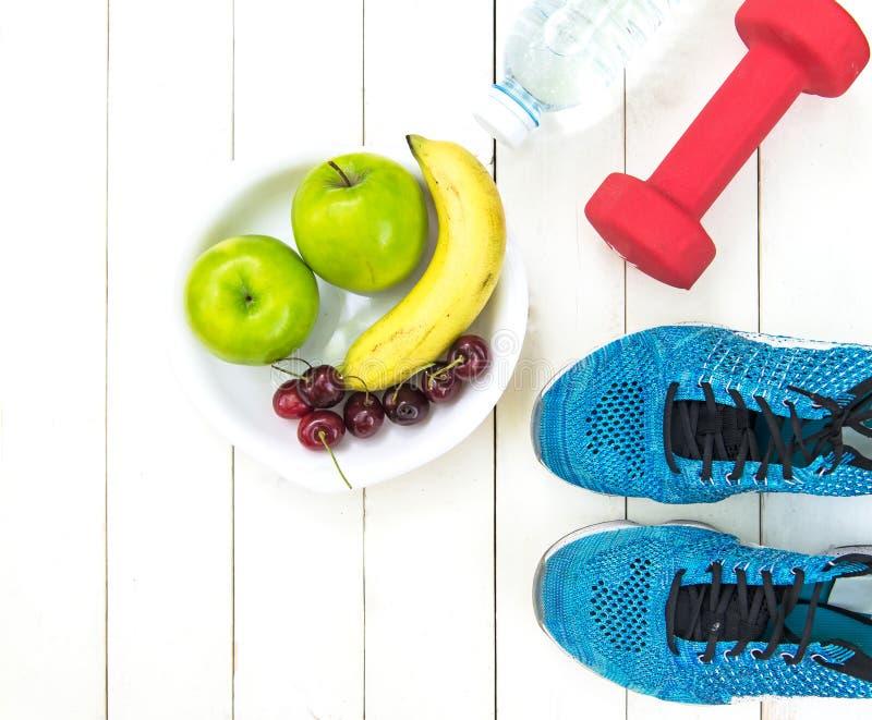 饮食和减重健康关心的用健身设备、健康淡水和的果子,苹果绿的苹果,香蕉,樱桃在wh 库存照片