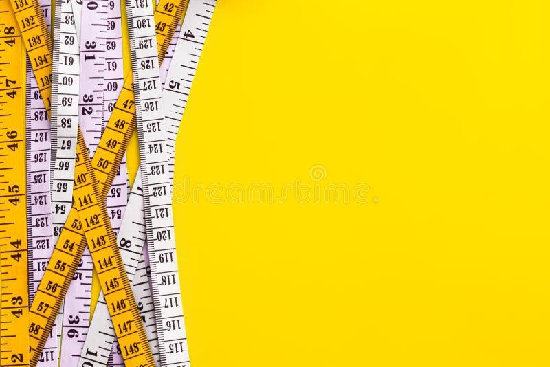 饮食控制概念背景 五颜六色在v的测量的磁带 图库摄影