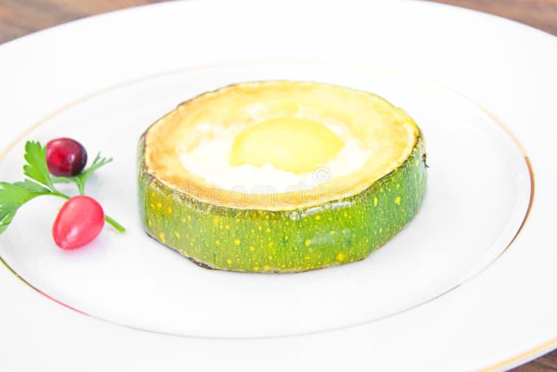Download 饮食早餐:炒蛋用夏南瓜 库存照片. 图片 包括有 厨房, 材料, 草本, 陶器, 意大利语, 干酪, 煎蛋卷 - 62530580