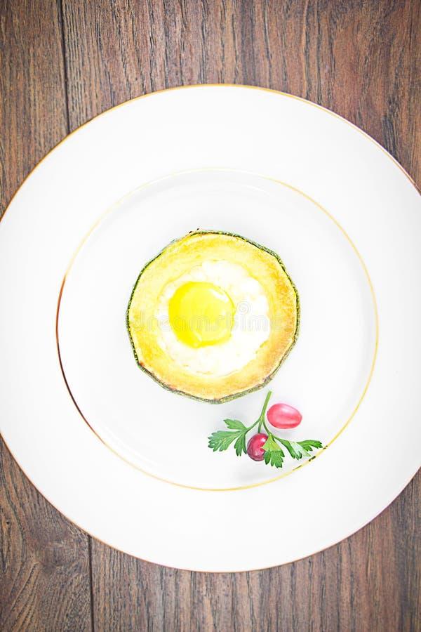 Download 饮食早餐:炒蛋用夏南瓜 库存图片. 图片 包括有 厨房, 材料, 干酪, 蘑菇, 节食, 投反对票, 煎蛋卷 - 62530587