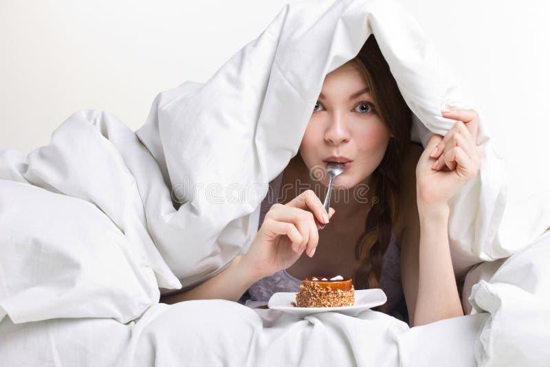 饮食的女孩吃匙子的 库存图片