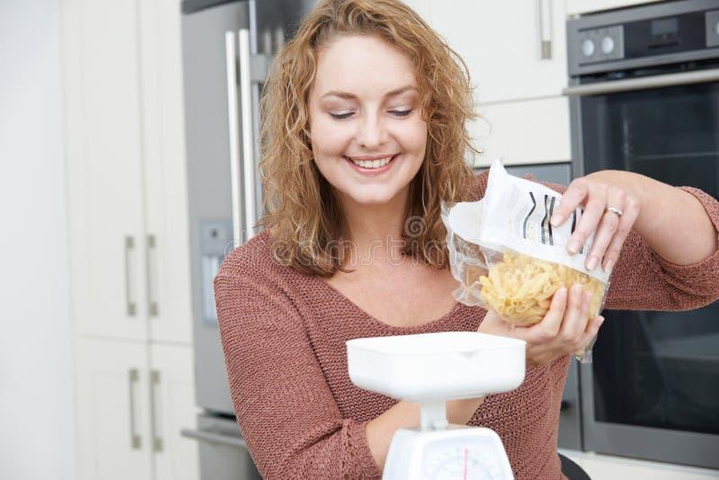 饮食的正大小妇女称出膳食的面团 免版税图库摄影