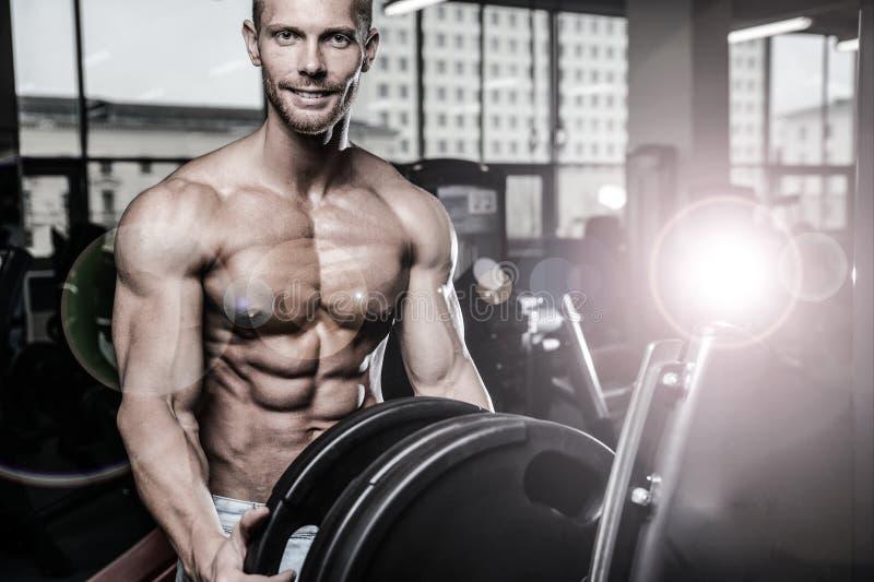 饮食训练胸口pum的残酷白种人英俊的健身人 图库摄影