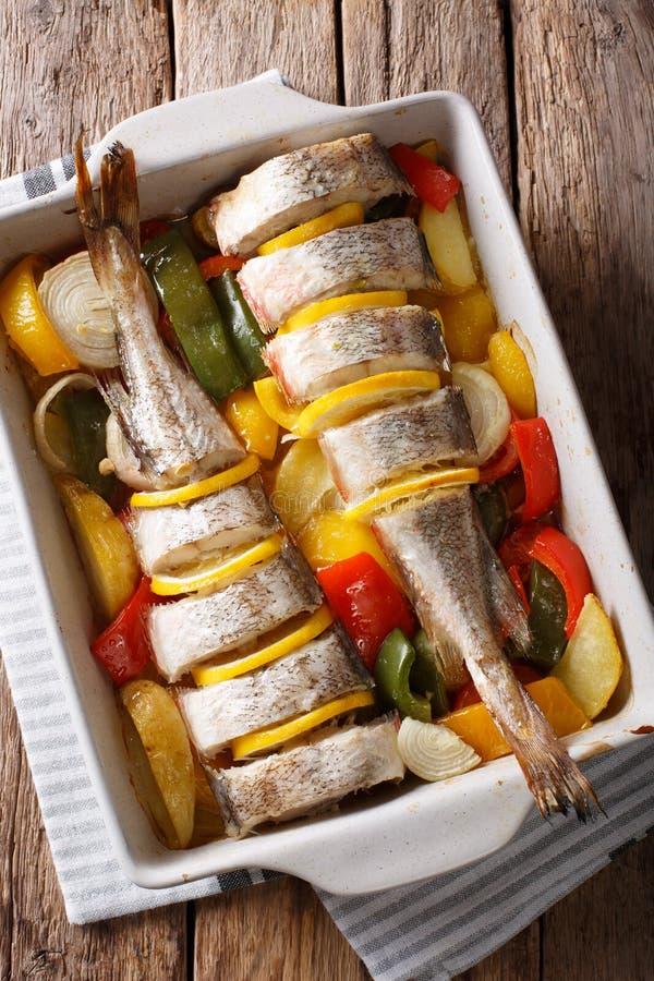饮食食物桃红色鳕鱼烘烤了与菜和柠檬在bakin 库存照片