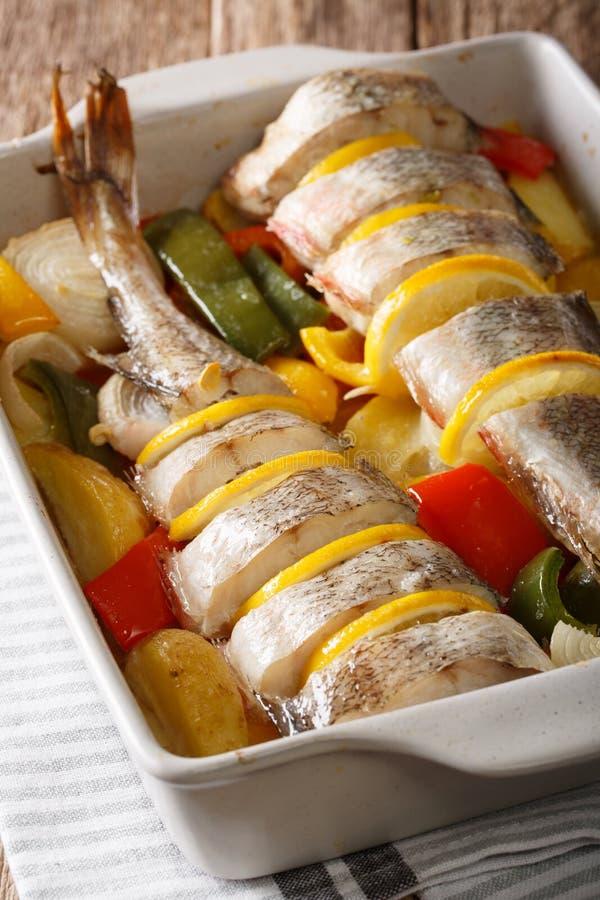 饮食食物桃红色鳕鱼烘烤了与菜和柠檬在bakin 图库摄影
