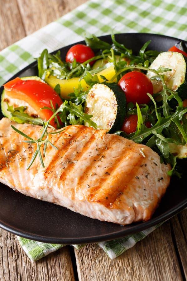 饮食食物:与芝麻菜分类的烤三文鱼和菜沙拉 库存照片