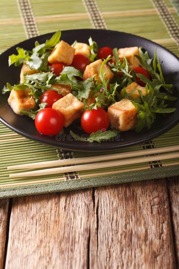 饮食食物:油煎的豆腐用蕃茄和新芝麻菜关闭u 免版税库存图片
