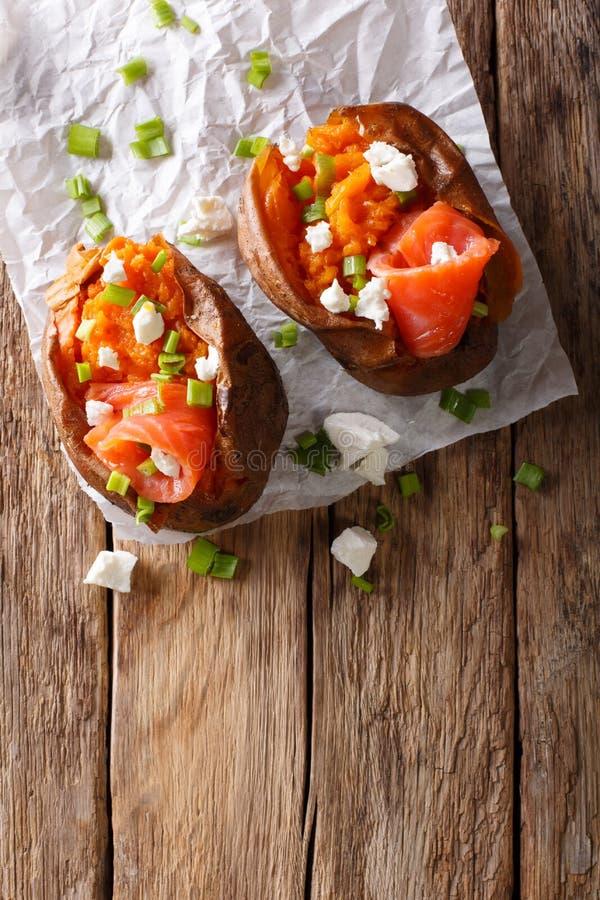 饮食食物:用三文鱼,希腊白软干酪充塞的白薯和 免版税库存图片