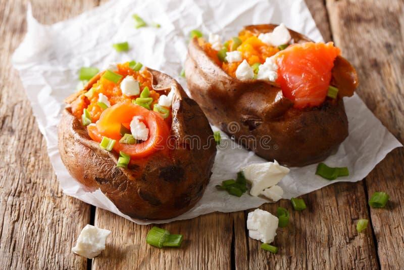 饮食食物:用三文鱼,希腊白软干酪充塞的白薯和 免版税图库摄影