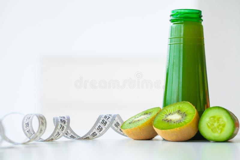 饮食 健身和健康食物的饮食概念,绿色汁液 新鲜 免版税库存图片