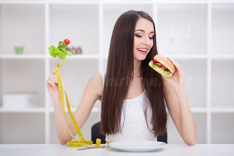 饮食 在背景空白弓概念节食的显示评定编号附近自己的缩放比例磁带文本附加的空白视窗包裹了您 女孩选择健康对速食 库存照片