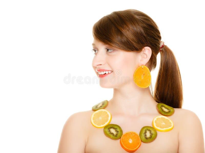 饮食 有被隔绝的新鲜的柑橘水果项链的女孩  免版税库存照片