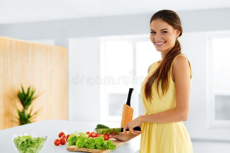 饮食 烹调有机食品的健康吃的妇女 生活方式 预习功课 免版税库存照片