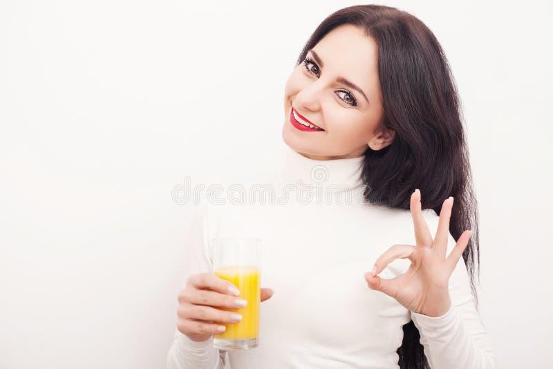 饮食 跟随图的一个美丽的女孩,喝橙汁 概念吃健康 奶油被装载的饼干 库存图片