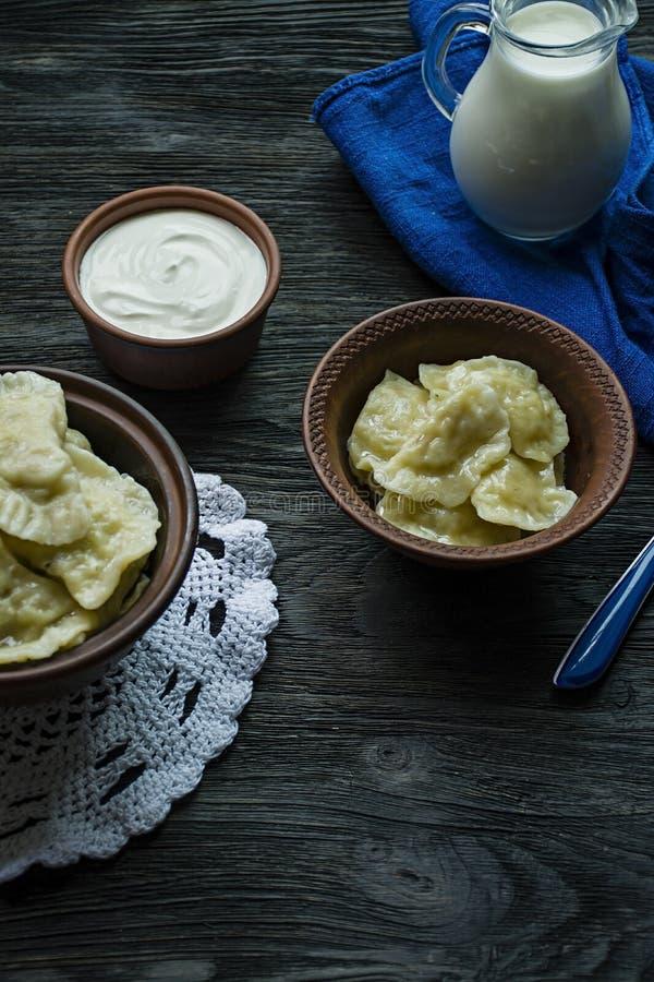 饺子用土豆和圆白菜 酸性稀奶油、牛奶和绿色 r r 库存照片