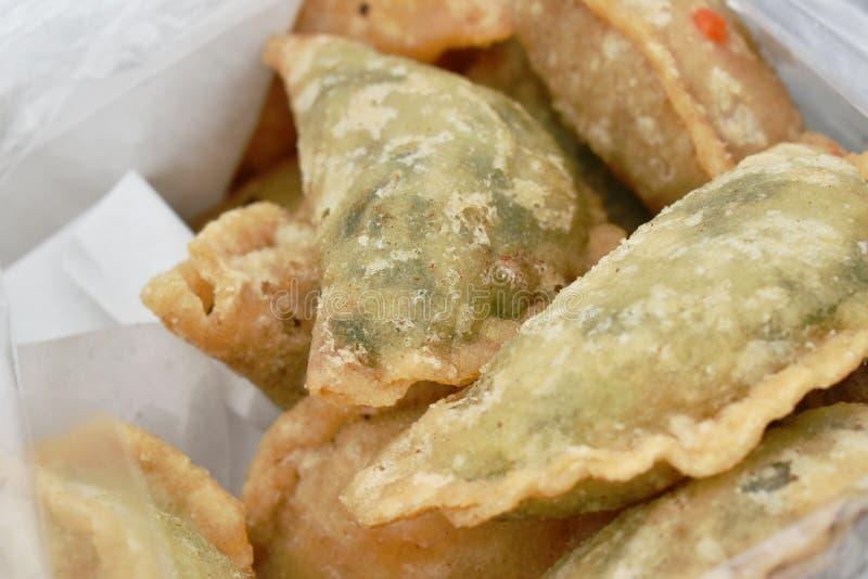 饺子被油炸的贵州充塞了切片在塑料袋的蒜细香葱 免版税库存图片