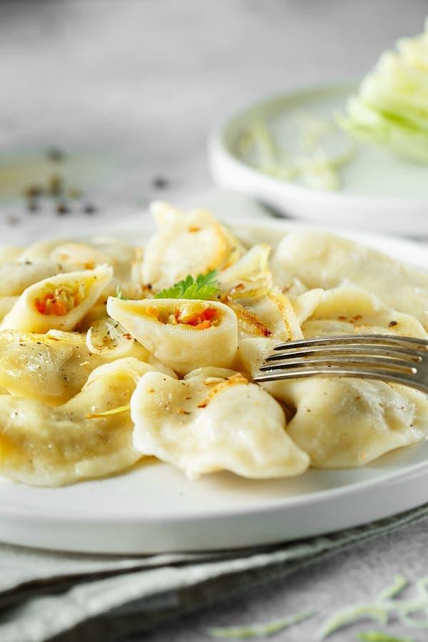 饺子,充满圆白菜 俄国人,乌克兰或者波兰人盘:varenyky,vareniki,pierogi,pyrohy r 免版税库存照片